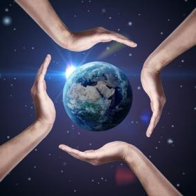 11031205-simbolo-conceptual-de-la-tierra-con-las-manos-humanas-alrededor-de-ella--el-hermoso-planeta-tierra-d